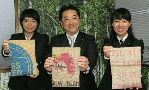 商品開発をした三浦さん(左)、生田さん(右)と、三洋産業の中塚社長