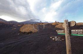 雪に覆われることなく山肌が露出している富士山の中腹=12日、御殿場口新五合目近くの大石茶屋前で