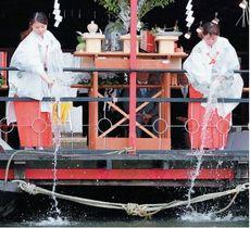 水神祭で三隈川にアユを放流する水郷ひたキャンペーンレディー=26日午前、日田市三隈川河畔