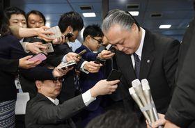 厚労省で報道陣の取材に応じ、謝罪する鈴木俊彦事務次官(右端)=24日午前
