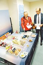 田中市長(右)に商品を紹介する松本社長