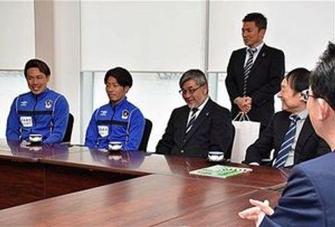 小野寺市長(手前)に新シーズンの意気込みを語る横山(左)、小幡(左から2人目)ら=青森市役所本庁舎