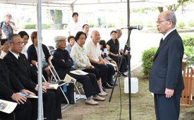 都城空襲犠牲者の追悼会であいさつする遺族会代表世話人の地頭所さん(右)