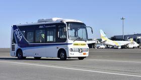 羽田空港の制限区域を走る自動運転バス=22日午後