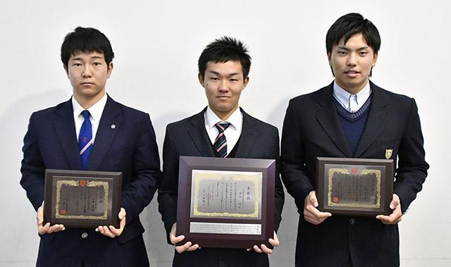 日本学生野球協会と岐阜県高野連 優秀選手の3人を表彰