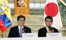 会談後、共同記者発表する河野外相(右)とエクアドルのバレンシア外相=13日、キト(共同)