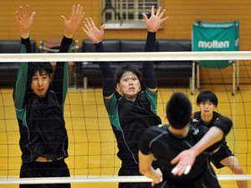 レギュラーシーズン最終戦に向け、練習に熱が入るJTの武智(左から2人目)たち