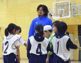 東京五輪・パラリンピック教育の一環でサッカー教室を実施したJ1横浜Mの元日本代表DF中沢佑二=東京都品川区の豊葉の杜学園