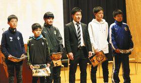 地元で講演した田村龍太郎選手(右から3人目)=かほく市河北台中で