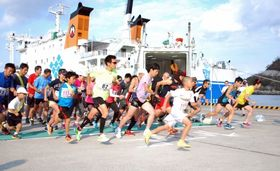 フェリーに乗って、有人7島を走るトカラ列島島めぐりマラソン大会=十島村中之島