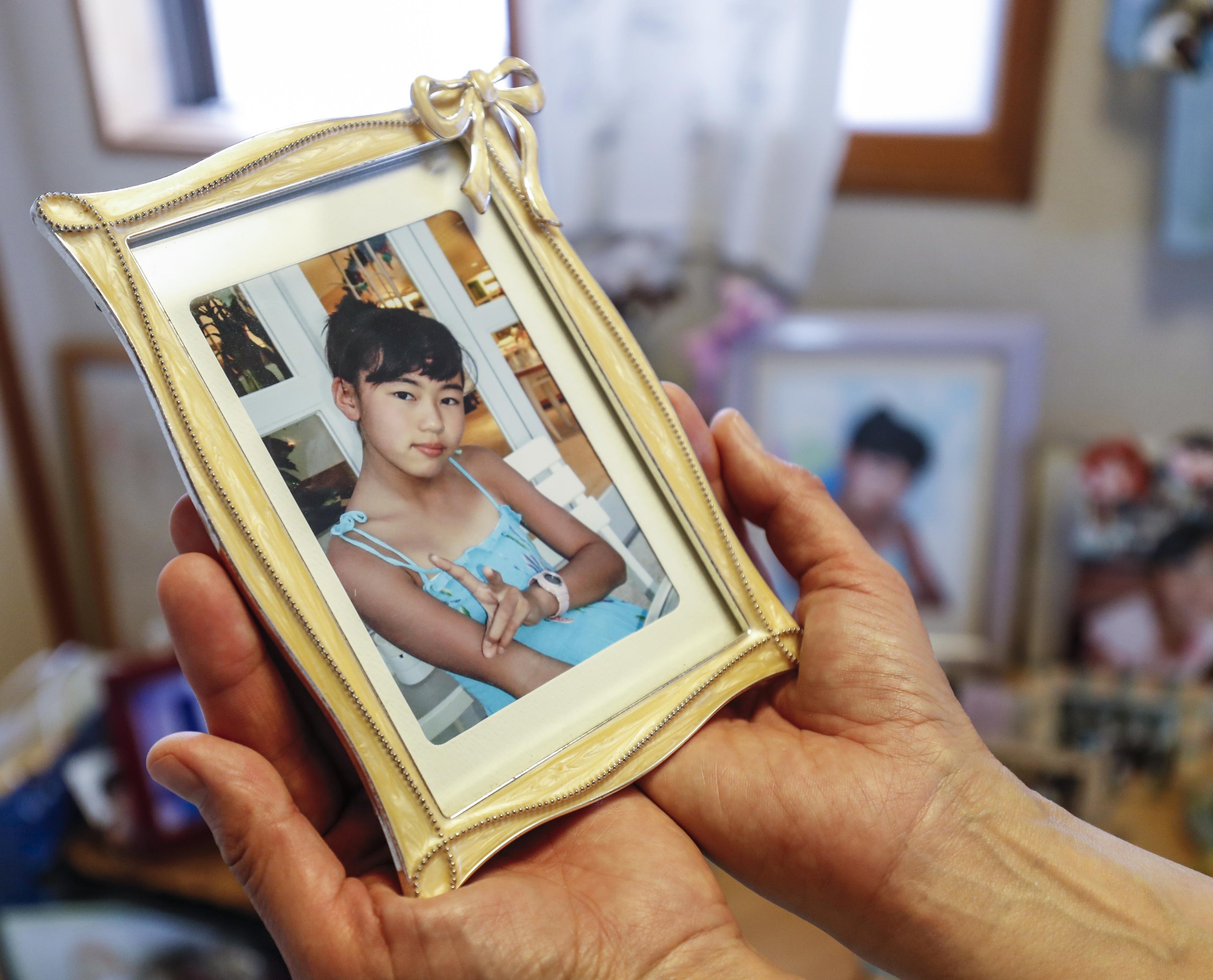 桐田寿子の長女明日香。12月10日の誕生日に合わせて、毎年サイパンに家族旅行をした。2010年、小学5年の誕生日に撮影されたものが遺影となった=さいたま市