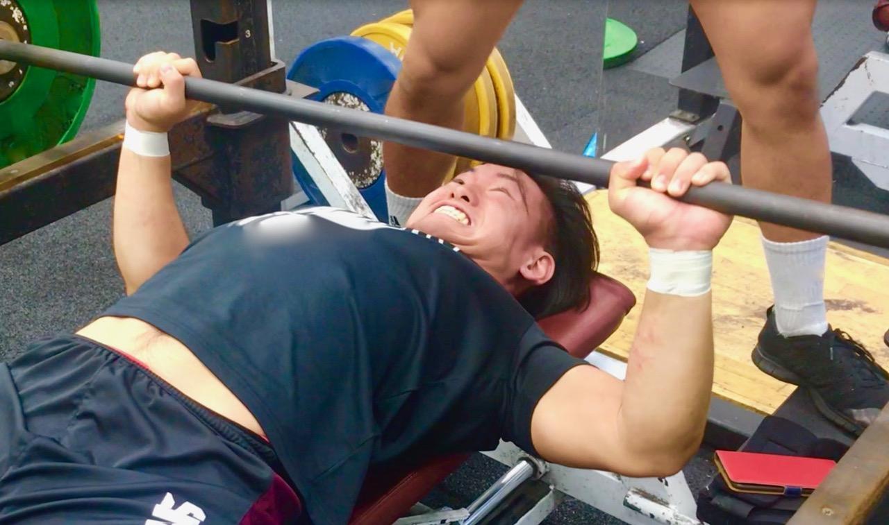 ウエートトレーニングで筋力アップを図る、早稲田大学の選手