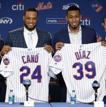 マリナーズからメッツにトレードで移籍し、記者会見するカノ(左)とディアス=4日、ニューヨーク(AP=共同)