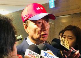 台湾総統選への出馬を検討していることを報道陣に明らかにした鴻海精密工業の郭台銘会長=16日、台北(中央通信社=共同)