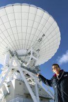 公開された新型パラボラアンテナを示すJAXA深宇宙探査用地上局プロジェクトチームの沼田健二プロジェクトマネジャー=15日午前、長野県佐久市