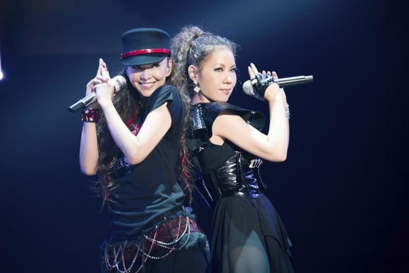 引退前夜に行われた最後のライブに出演した安室奈美恵さん。右は共演者のDOUBLEさん=2018年9月15日、沖縄県宜野湾市
