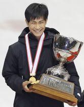 男子で総合優勝し、表彰式で笑顔の吉永一貴=名古屋市ガイシプラザ