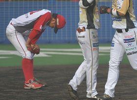 九回栃木2死満塁、飯原に走者一掃の二塁打を浴びてうなだれる信濃の三番手・保田