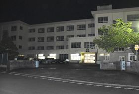 敷地内に侵入した男が逮捕された藤枝市立高洲南小学校=19日午後8時56分、静岡県藤枝市