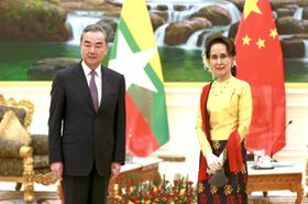ミャンマーの首都ネピドーで、アウン・サン・スー・チー国家顧問兼外相(右)と会談する中国の王毅国務委員兼外相=11日(新華社=共同)