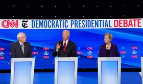 15日、米大統領選の民主党討論会に参加した(左から)サンダース上院議員、バイデン前副大統領、ウォーレン上院議員=コロンバス郊外(ロイター=共同)