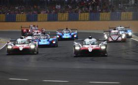 ルマン24時間の決勝で走行するトヨタの8号車(手前右)と7号車(同左)=ルマン(ゲッティ=共同)