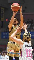 キングス―秋田 第4Q、チーム65点目となる3点シュートを決めるキングスの並里成=沖縄市体育館