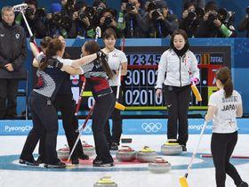 平昌冬季五輪カーリング女子準決勝の韓国戦で、延長第11エンドに韓国の決勝のショットが決まり、肩を落とす藤沢(奥右)、吉田知(同左)ら=23日、韓国・江陵(共同)