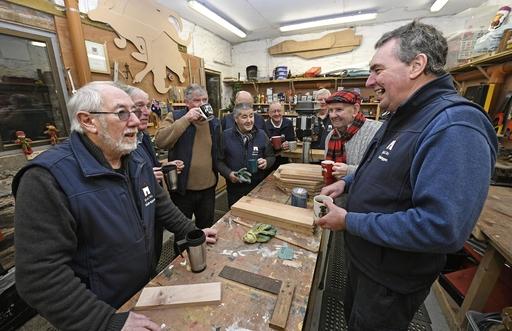 木工作業の手を休め、紅茶やコーヒーを飲みながら談笑する会員たち=1月、ダブリン近郊バルブリガン(共同)
