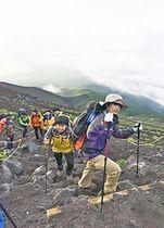 富士山頂を目指す高校生