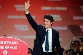 22日、カナダ・モントリオールで、支持者の前に姿を現したトルドー首相(ロイター=共同)
