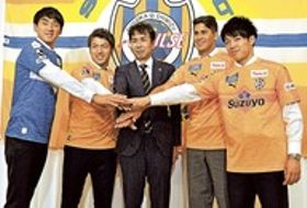 今季の健闘を誓う(左から)梅田、中村、大榎GM、エウシーニョ、西沢=静岡市駿河区