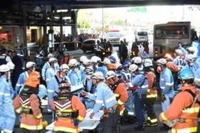 事故を起こしたとみられる市バス(右奥)=21日午後2時35分、神戸市中央区加納町4