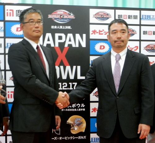 チーム運営会社の代表を兼ねるリクシルの森清之ヘッドコーチ(左)=2012年、JXB記者発表