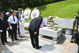 18日、韓国の金大中元大統領の死去から10年となり、ソウルの墓前で一礼する男性(共同)