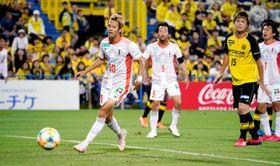 【柏―愛媛FC】後半、ゴール前でのパスが合わず、ボールを見送る愛媛FC・神谷(10)=三協フロンテア柏スタジアム