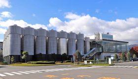 プレミアムモルツを生産するサントリー京都ビール工場。敷地は長岡京市と大山崎町の両市町にまたがる
