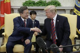 22日、ホワイトハウスで会談するトランプ米大統領(右)と文在寅韓国大統領(AP=共同)