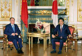 会談に臨む安倍首相(右)と中国の王岐山国家副主席=23日午前、東京・元赤坂の迎賓館(代表撮影)