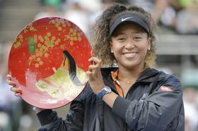 女子テニスの東レ・パンパシフィック・オープンのシングルスで大会初制覇を果たし、笑顔の大坂なおみ。3歳まで育った地元大阪で日本開催のツアー大会初優勝を飾った=22日、大阪市のITC靱テニスセンター
