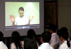 渋野日向子から寄せられた激励のビデオレターを見る選手たち