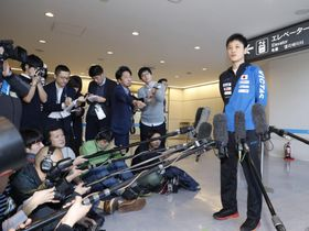 卓球グランドファイナル男子シングルスで優勝し、成田空港で記者の質問に答える張本智和選手=17日午後