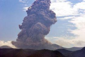 噴煙を上げる新燃岳=22日午前9時10分、霧島市牧園(南日本新聞社監視カメラ)