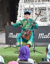モンゴル文化の解説も交えながら、馬頭琴の伸びやかな音色を響かせたソヨル・エルデネさん