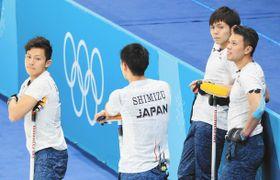 日本-韓国 第6エンドを終え集まる両角友佑選手(右から2人目)と公佑選手(左)ら=江陵で(田中久雄撮影)