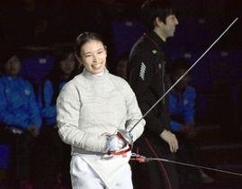 女子サーブルで3年ぶりの優勝を果たし笑顔を見せる青木千佳=10日、東京・駒沢体育館