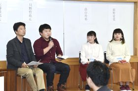 大学生と意見交換する佐藤敏郎さん(左端)と只野哲也さん(左から2人目)=16日午後、埼玉県鴻巣市
