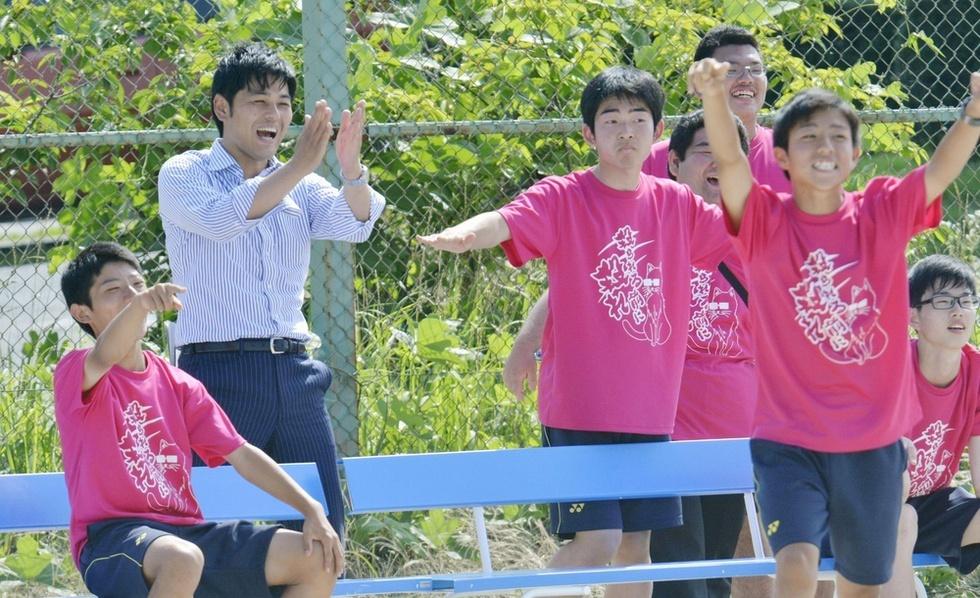 校内スポーツ大会で、生徒らに交じってソフトボールの試合を応援する南郷市兵(左から2人目)。「この子たちには学校の外で、学ぶ意味、生きる意味を感じてほしい」=福島県広野町の県立ふたば未来学園高校(撮影・中村靖治)