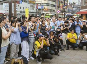埼玉県知事選候補者の演説を聞く聴衆=24日、さいたま市
