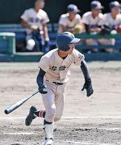 三回裏、遊学館2死一、二塁。新保が左前に適時打を放つ=金沢市の県立野球場